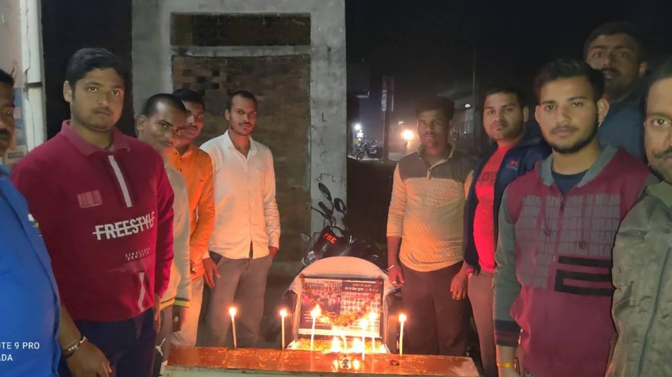 युवाओं ने पुलवामा मे शहीद हुए वीर जवानों को किया याद, अर्पित की श्रंद्धाजलि