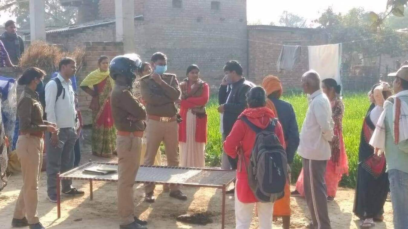 घर से बेदखल पीड़ित महिला को लेकर सैकड़ों महिलाओं ने घेरा तहसील