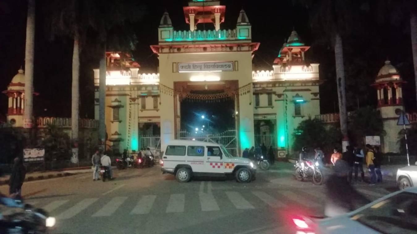 BHU सुरक्षाकर्मियों को मिला देशी कट्टा, सिंह द्वार बंद कर छात्रों ने किया बवाल