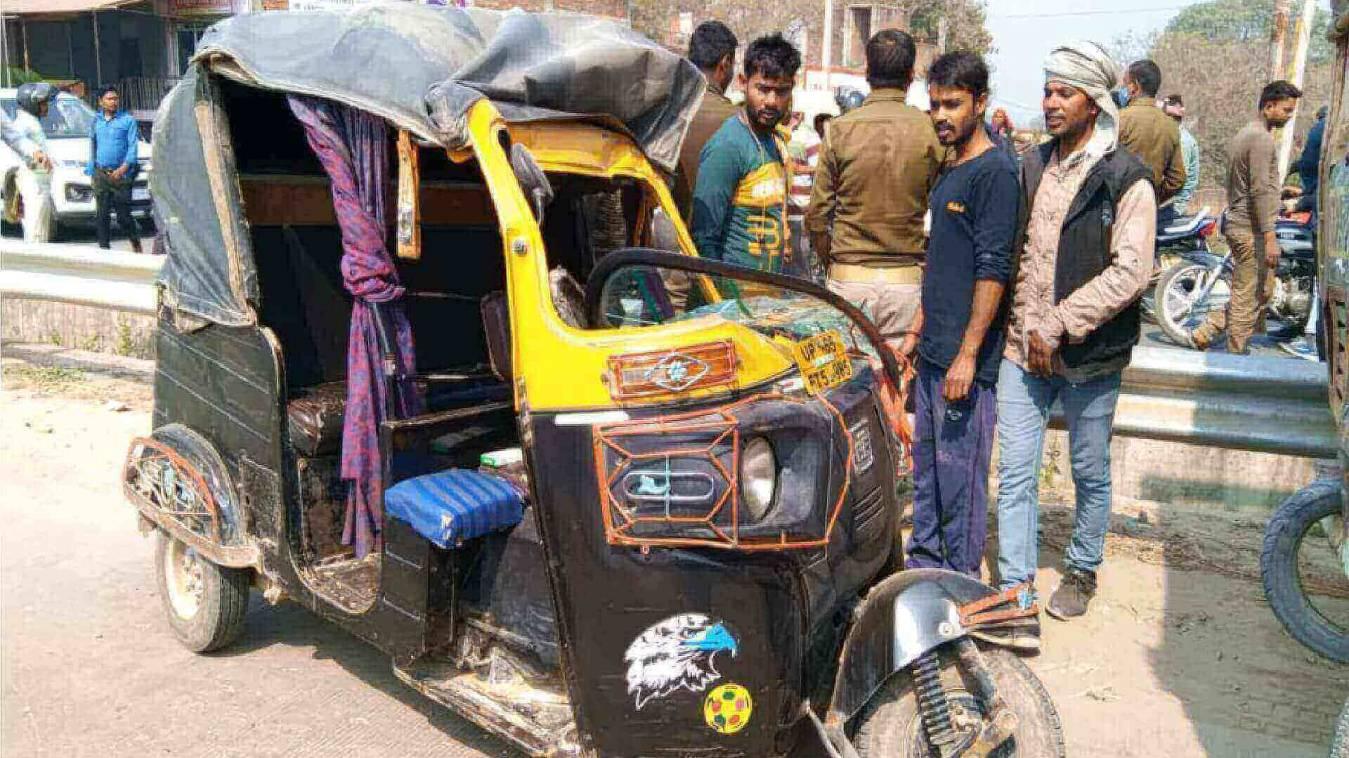 तेज़ रफ़्तार ऑटो खड़ी ट्रक से टकराई, दर्जनों घायल