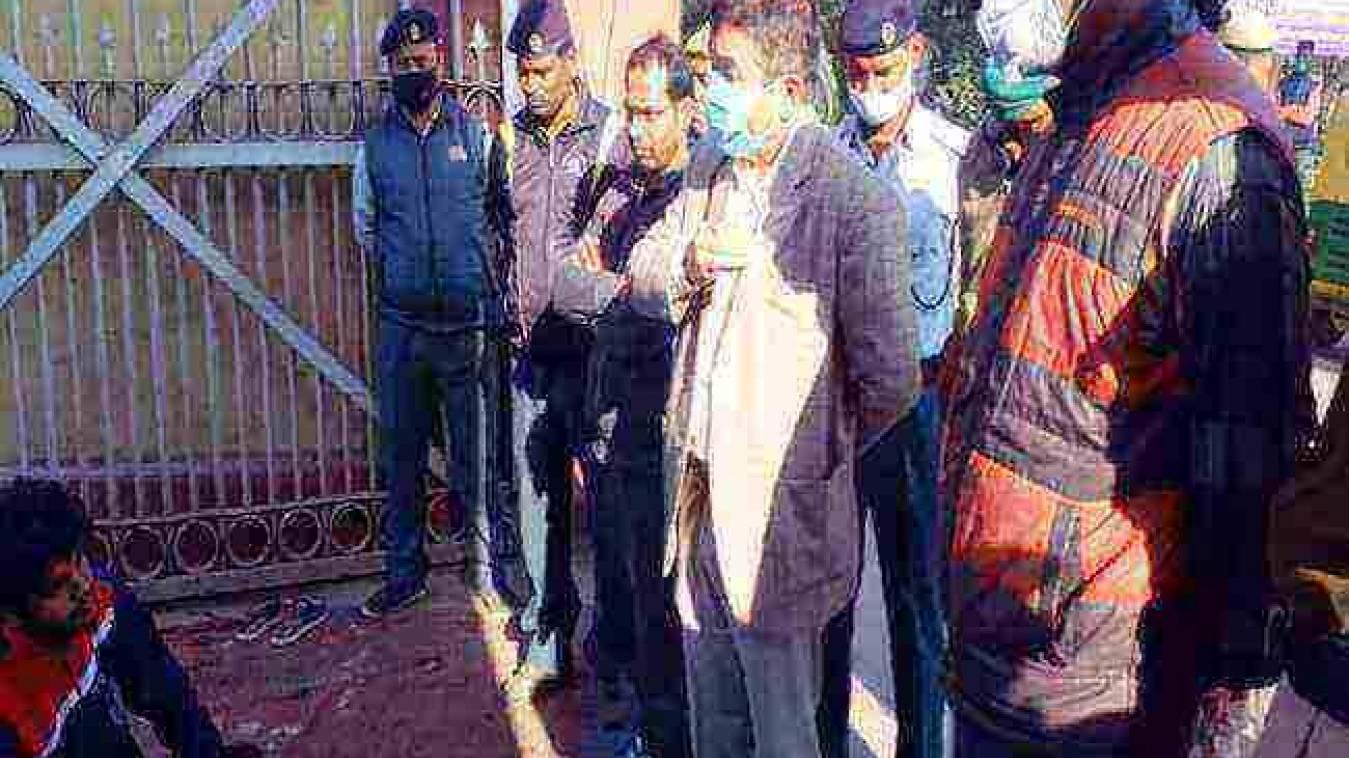 सिंह द्वार पर छात्रों का धरना तीसरे दिन भी जारी