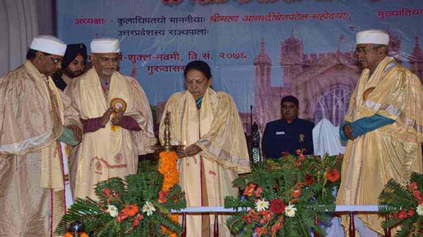 संपूणार्नंद संस्कृत विश्वविद्यालय व काशी विद्यापीठ के दीक्षांत समारोह में शामिल हुई राज्यपाल आनंदीबेन पटेल