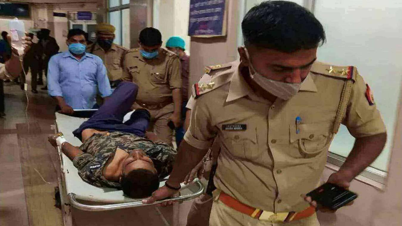 पुलिस मुठभेड़ में 50 हजार का इनामी डकैत घायल, ट्रामा सेंटर में चल रहा इलाज