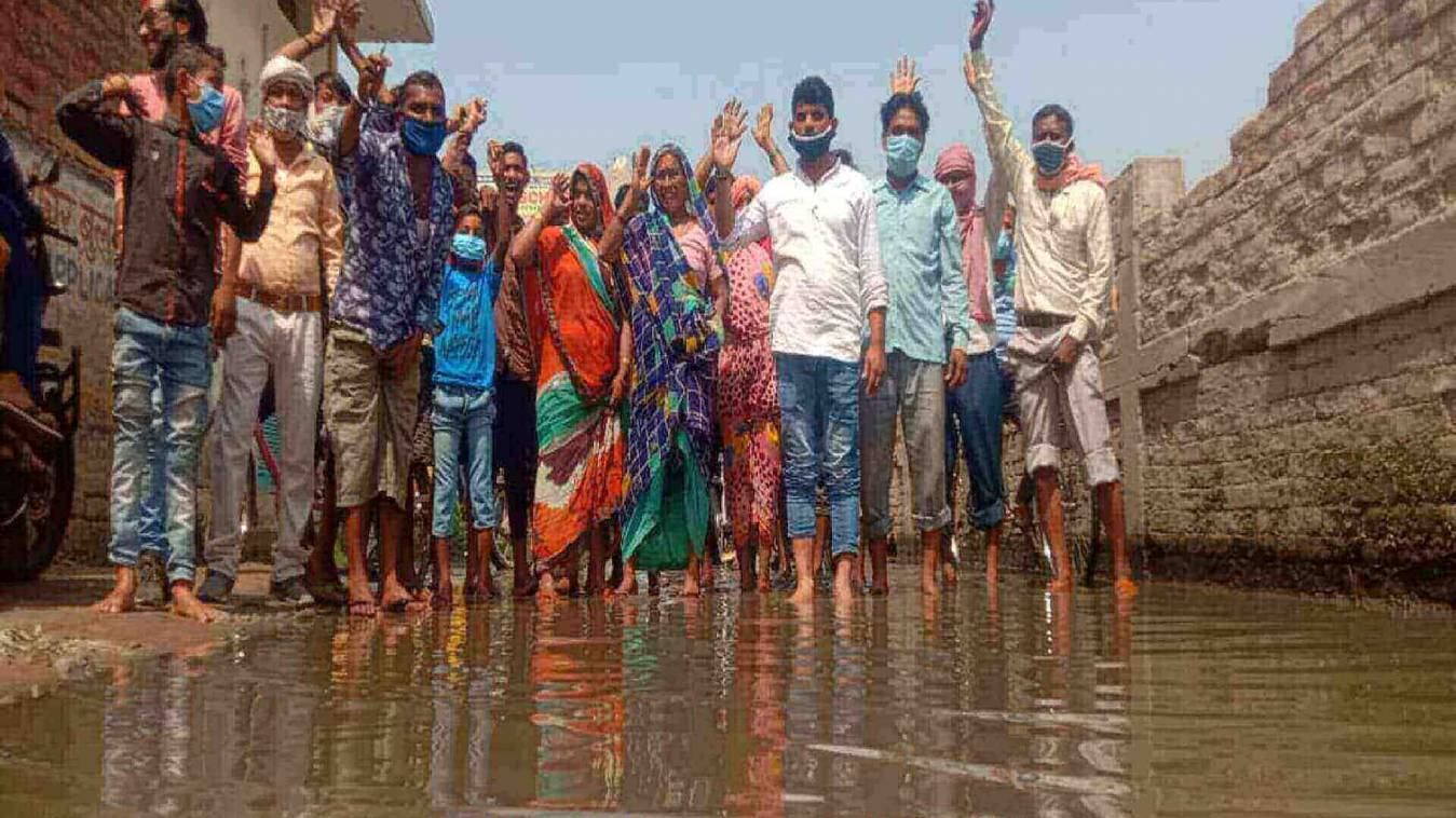 फुलवरिया मार्ग पर सीवर का पानी,  गांव के लोगों ने किया धरना प्रदर्शन
