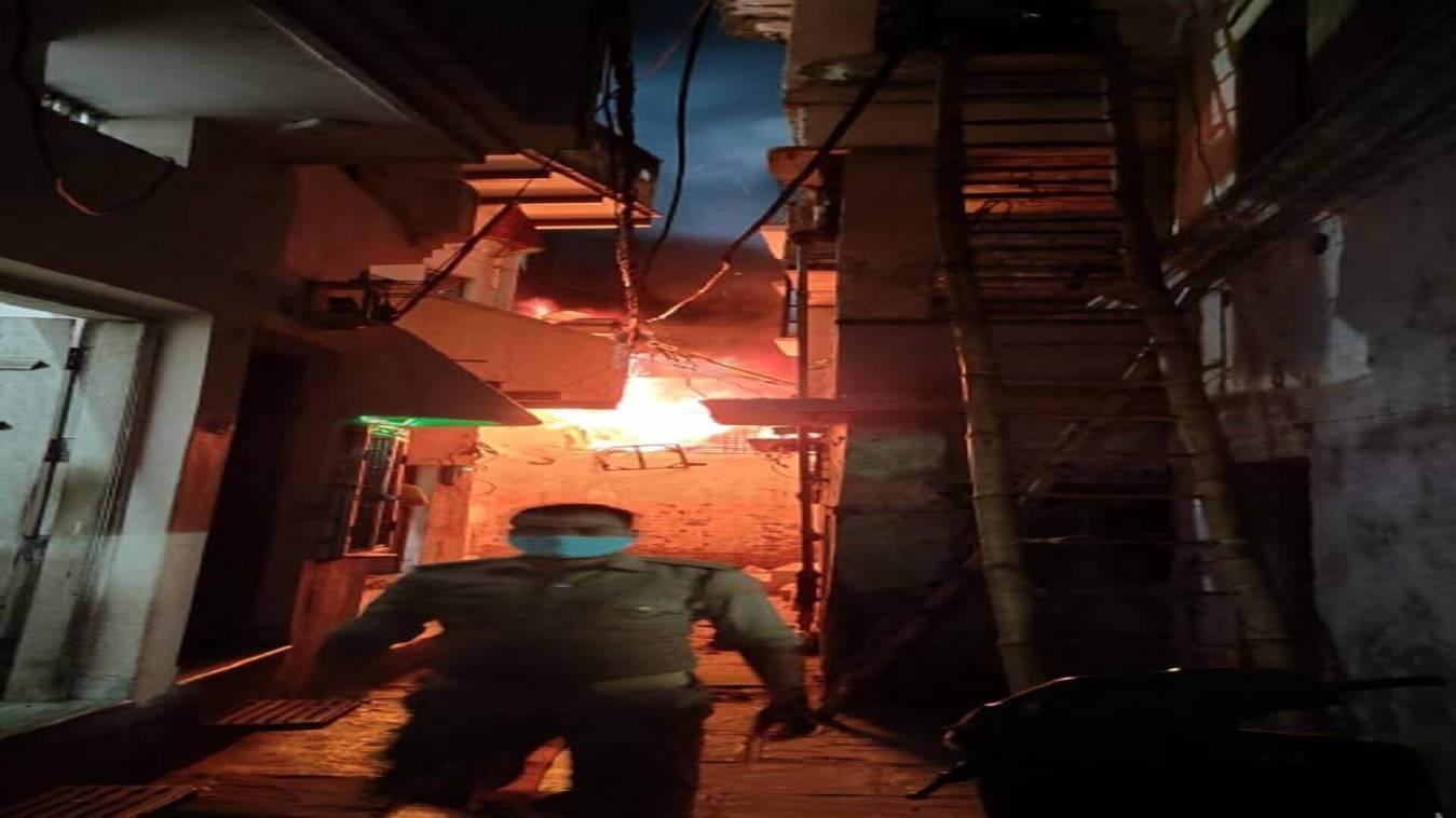 चेतगंज इलाके में कारखाने में लगी भीषण आग, लाखों का माल जलकर राख