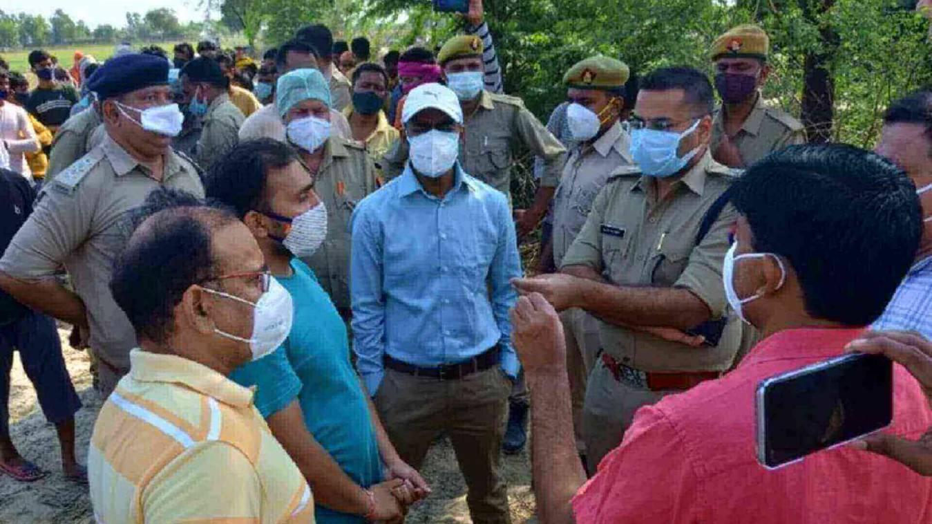 जहरीली शराब ने ली 28 लोगों की जान , आरोपी बीजेपी नेता फरार