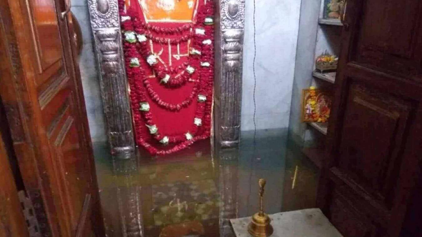 शर्मनाक : प्राचीन बनकटी हनुमान मंदिर के गर्भगृह में घुसा सीवर का पानी