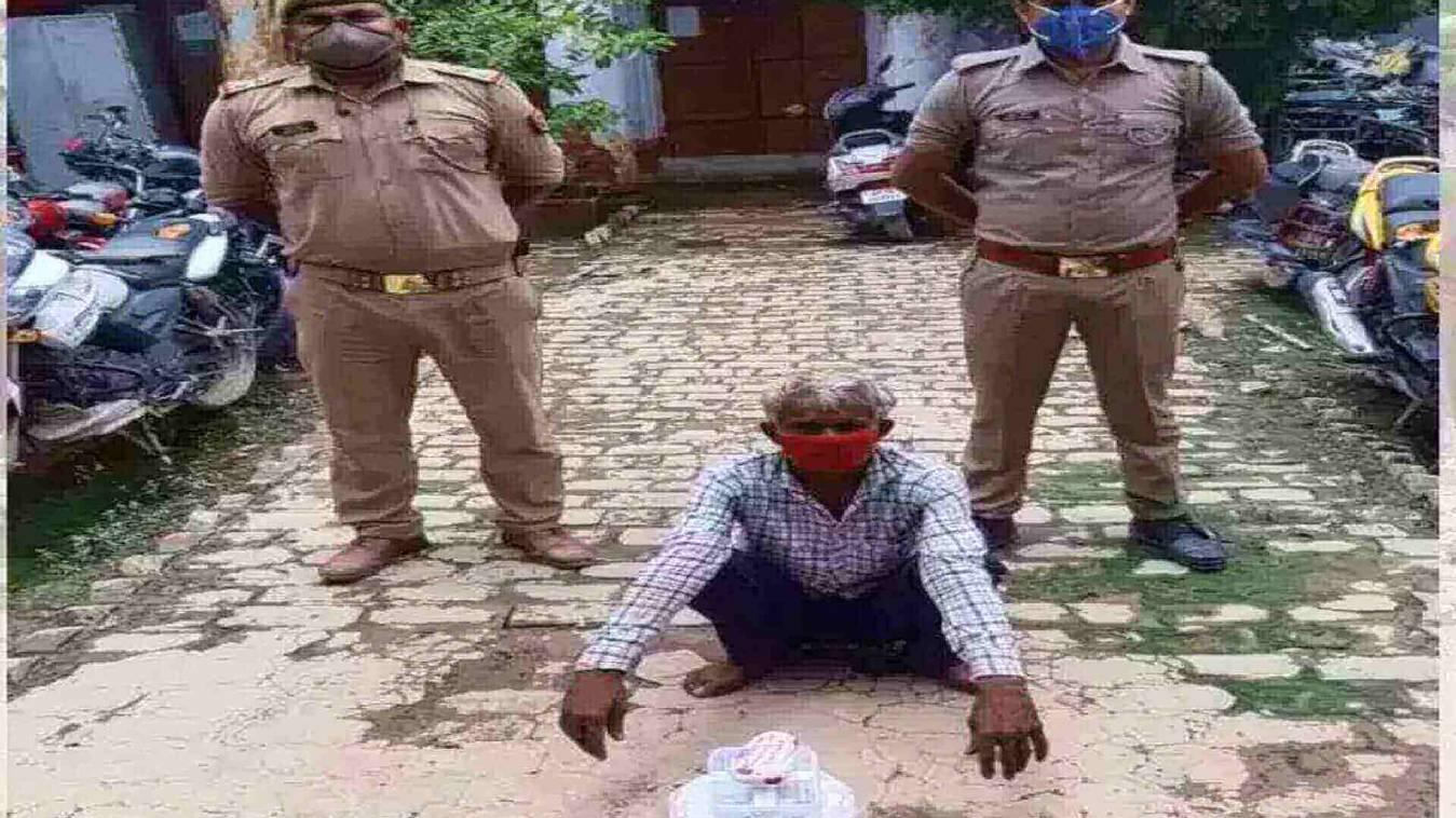 झोले में रखकर बेच रहा था गांजा, पुलिस ने 1 किलो 350 ग्राम गांजे के साथ किया गिरफ्तार