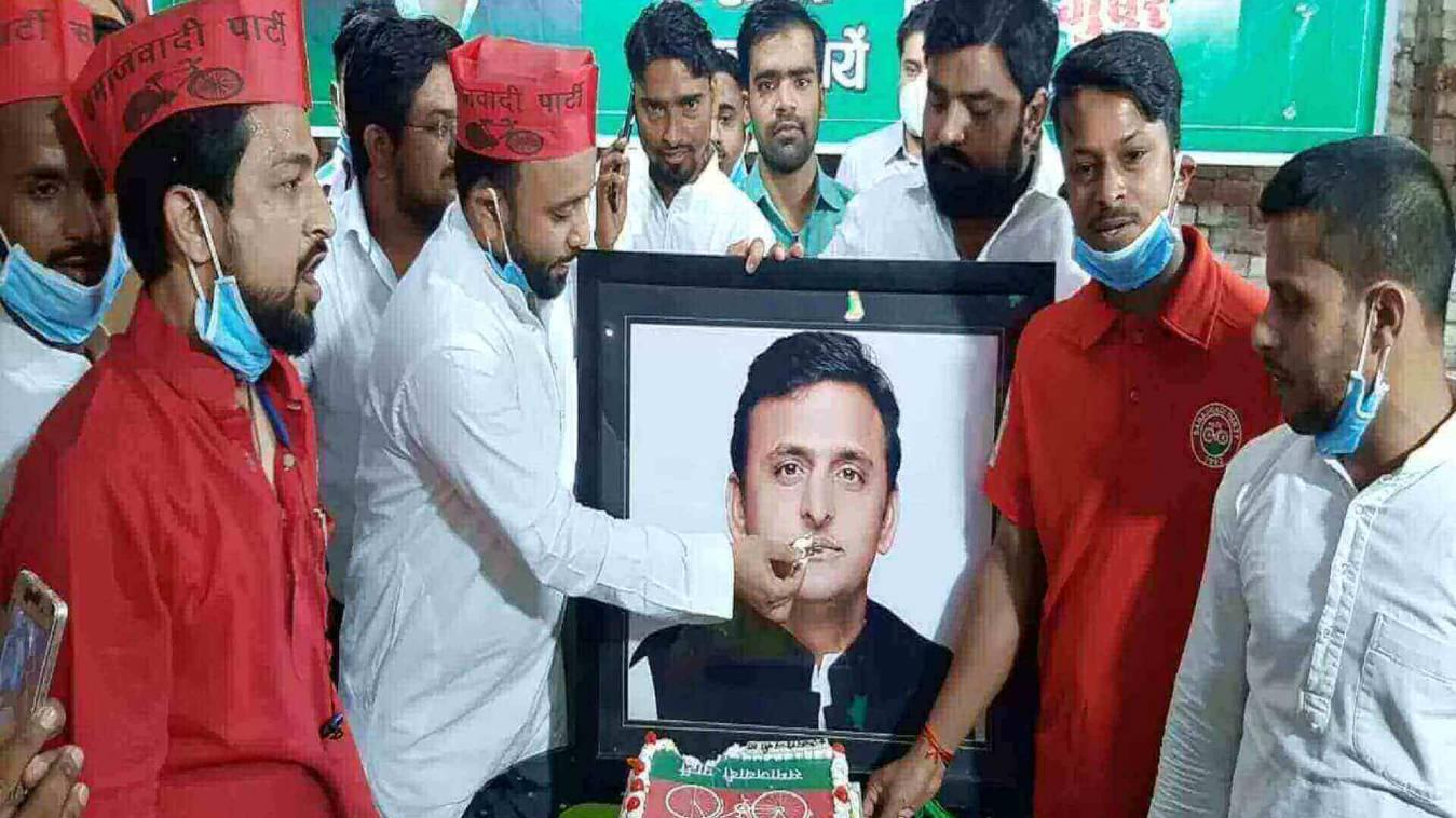 पूर्व मुख्यमंत्री के 48वें जन्मदिन पर रक्तदान कर किया गया फल वितरण