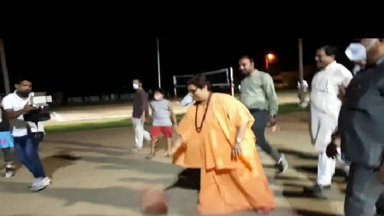 बीजेपी की सांसद प्रज्ञा, व्हील चेयर छोड़ खेल रहीं बास्केटबॉल