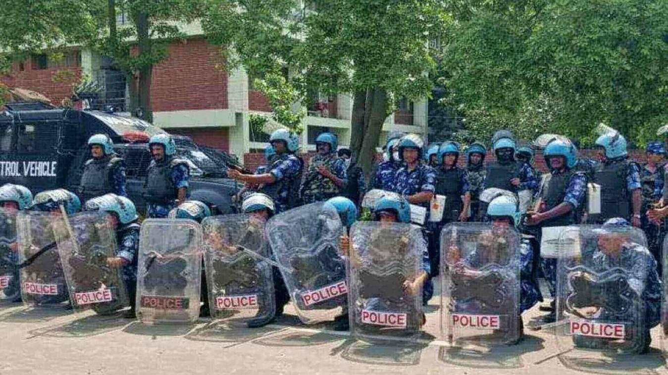 एसपी ऑफिस घेरे किसान, पुलिस के बैरिकेड तोड़े