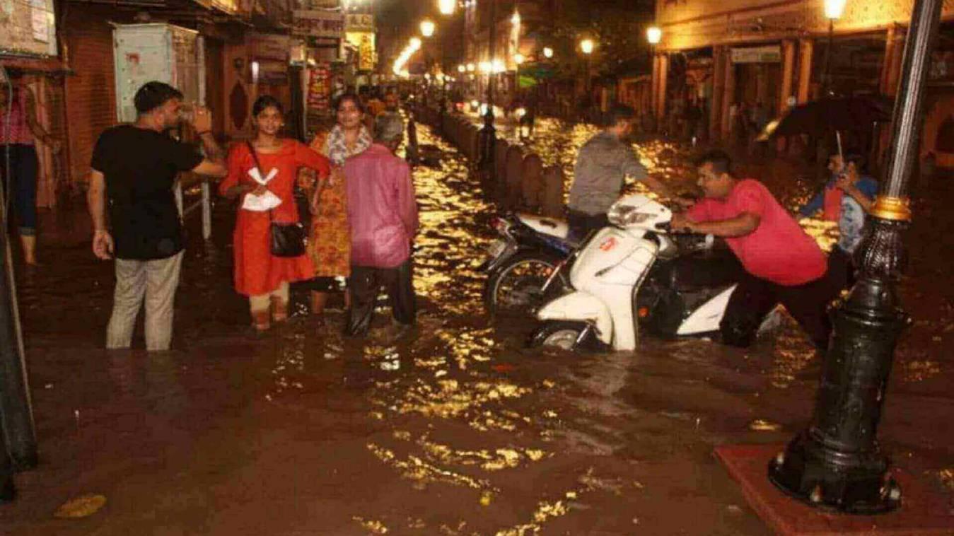 दुकान से लेकर मकान तक में घुसा पानी, सड़कें जलमग्न