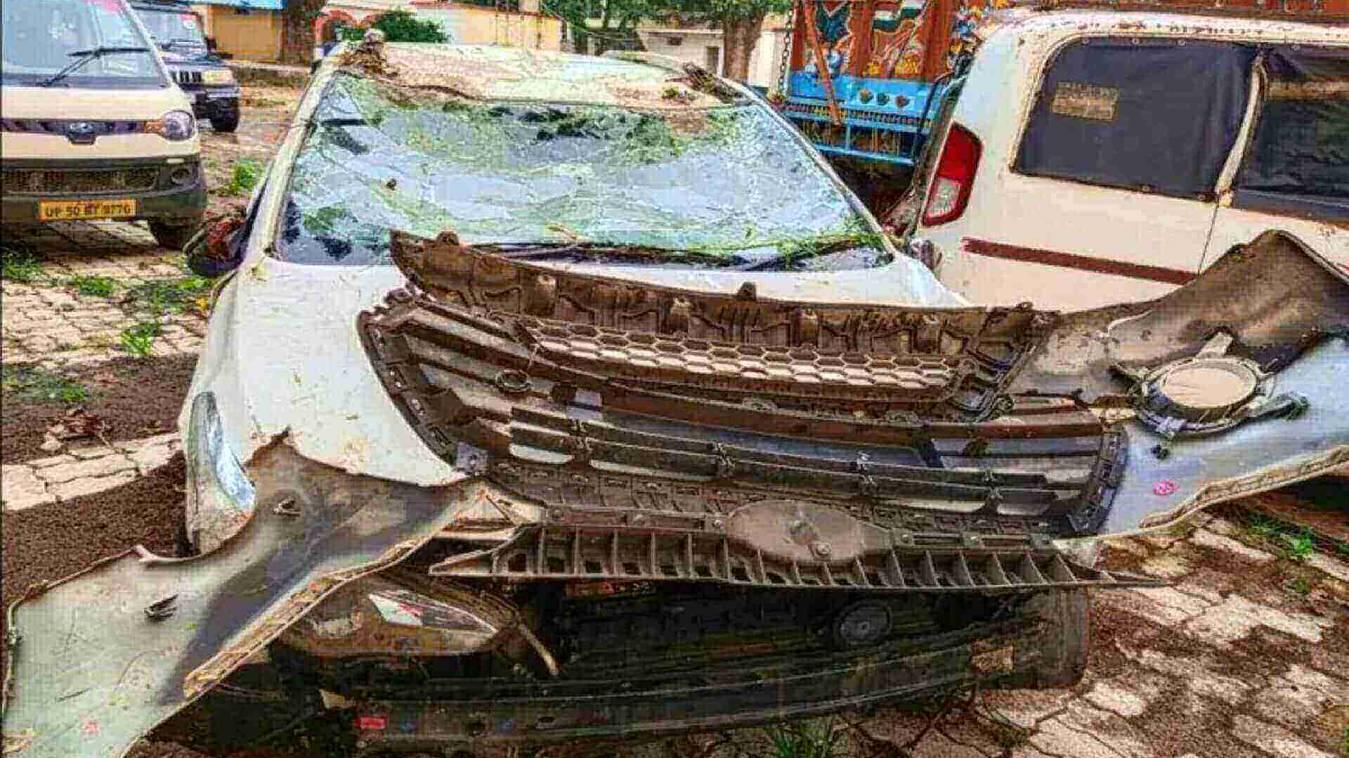 पानी भरी खाई में पलटी अनियंत्रित कार, पांच लोगों की मौत