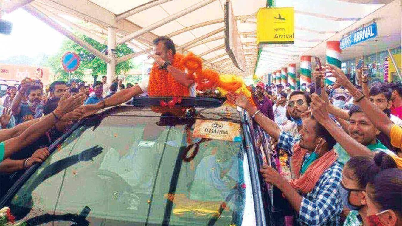 हॉकी खिलाड़ी ललित का काशी पहुंचने पर हुआ भव्य स्वागत