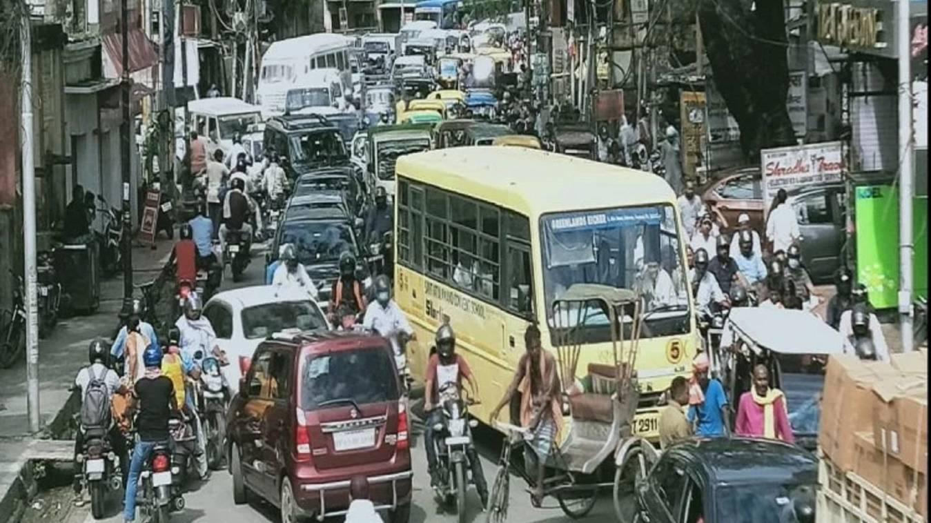 बनारस में जाम और वाहनों के बोझ से चरमराई यातायात व्यवस्था