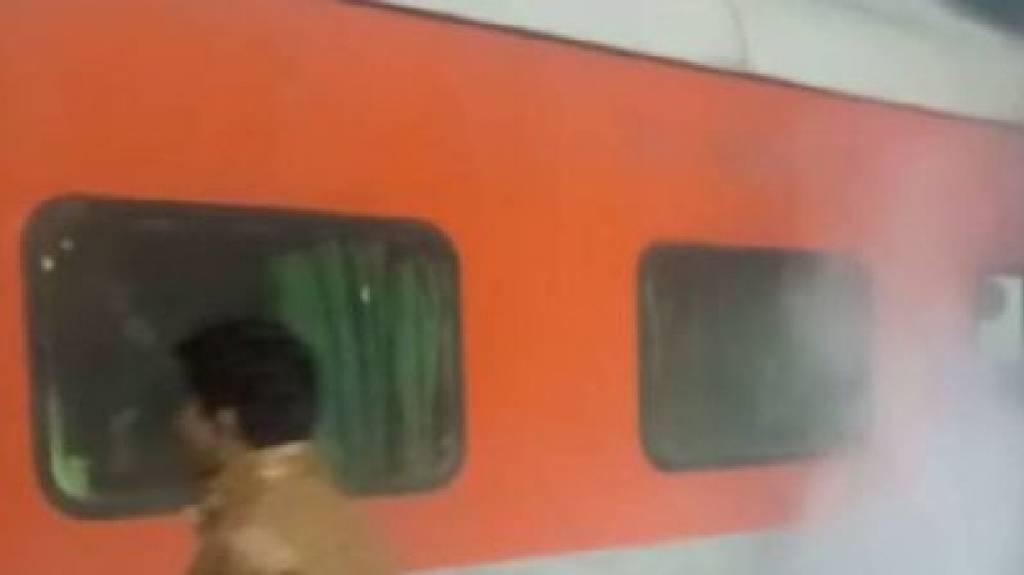 लखनऊ से दिल्ली जा रही ट्रेन में लगी आग, मची अफरातफरी