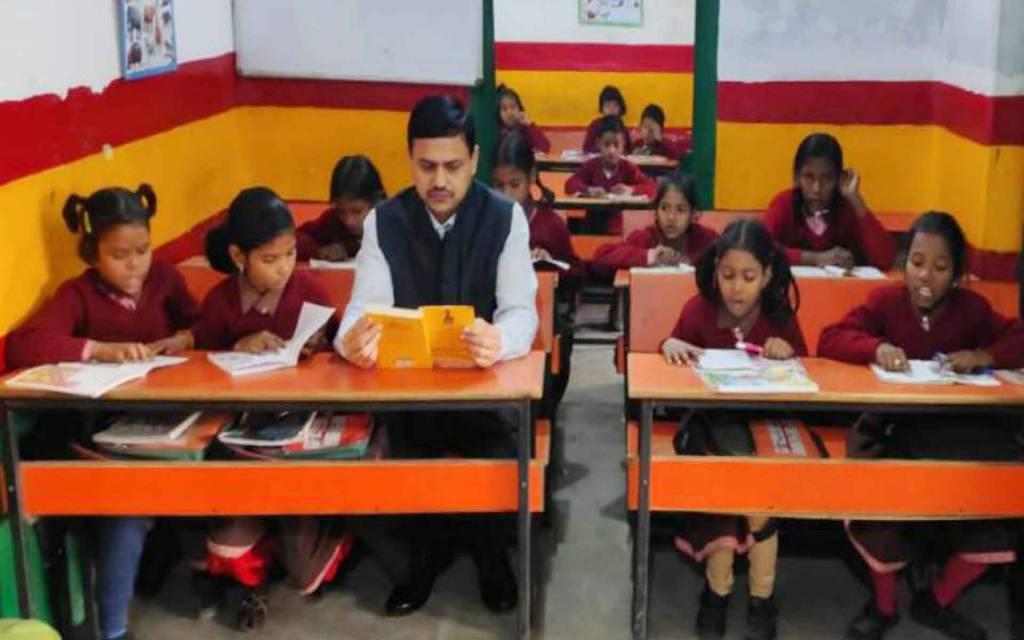 वाराणसी: कमिश्नर और डीएम ने दरी-बेंच पर बैठ बच्चो संग पढी किताबें
