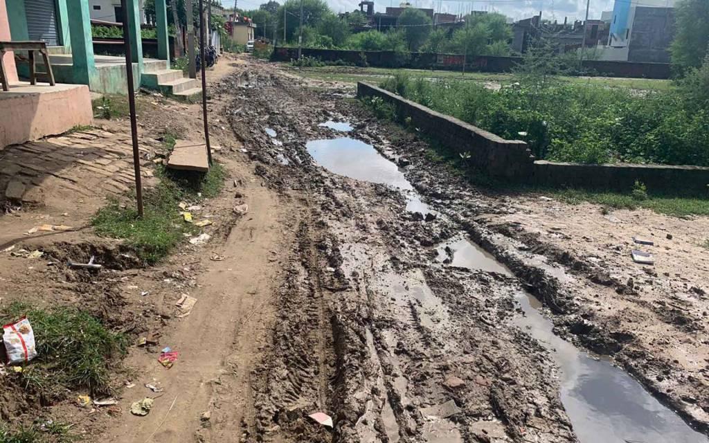 वाराणसी: ' पीएम  के आदर्श गांव के इस मार्ग पर डिप्टी सीएम को नहीं ले जाना चाहते अधिकारी, खुल जाएगी कलई'