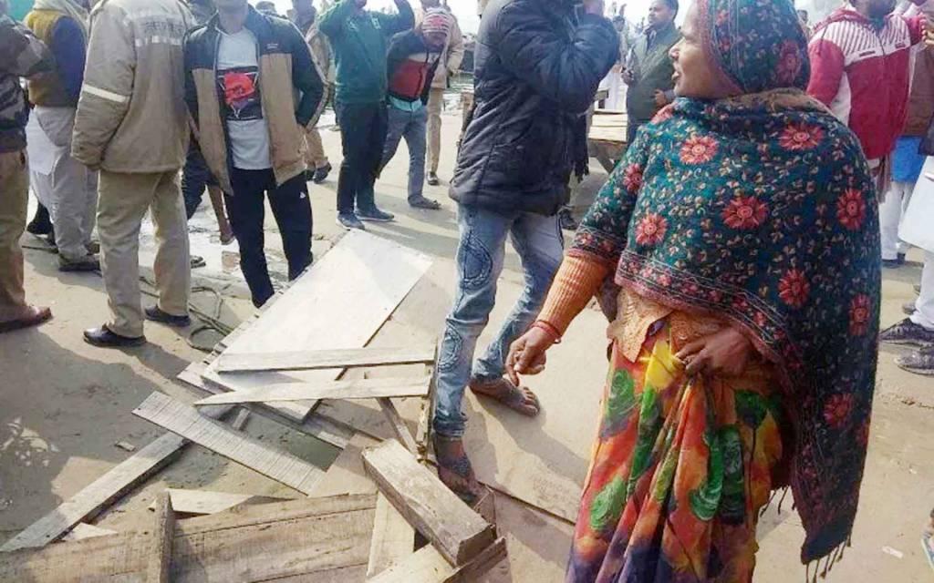 वाराणसी: प्रियंका की एक झलक पाने के लिए बेकाबू भीड़ तोड़ती रही बुधना की चौकी