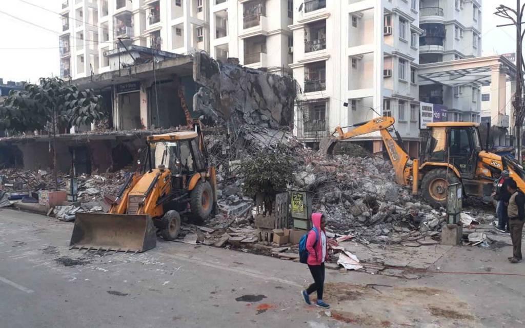 वाराणसी: सुप्रीम कोर्ट के आदेश के बाद वीडीए ने लंका क्षेत्र में बने 38 अवैध दुकानों को किया जमींदोज