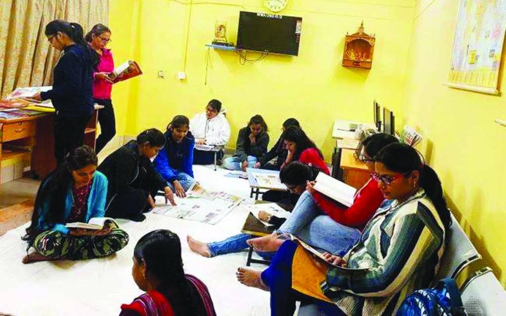 वाराणसी: बीएचयू में पहली बार छात्रावास में रीडिंग कार्नर की शुरुआत