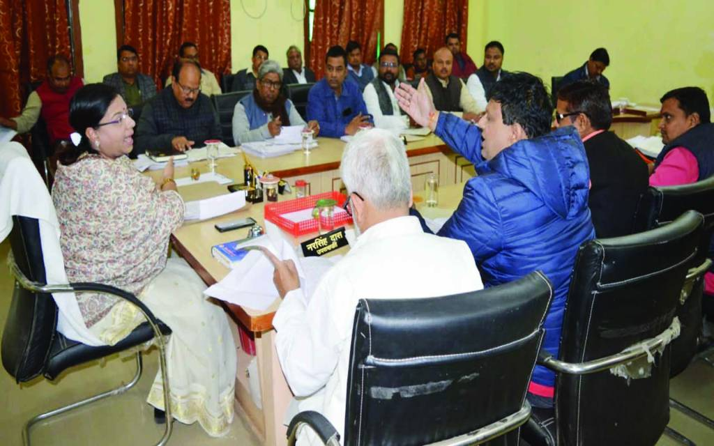 वाराणसी: भाजपा पार्षद को मेयर ने लगाई लताड़ तो पार्षद ने मेयर के सामने दिया प्रस्ताव प्रति फाड़