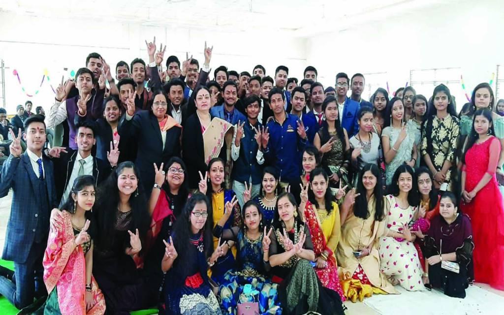 वाराणसी: वनिता में गुड लक पार्टी का आयोजन, नम आँखों से दी गई 12वीं के छात्रों को विदाई