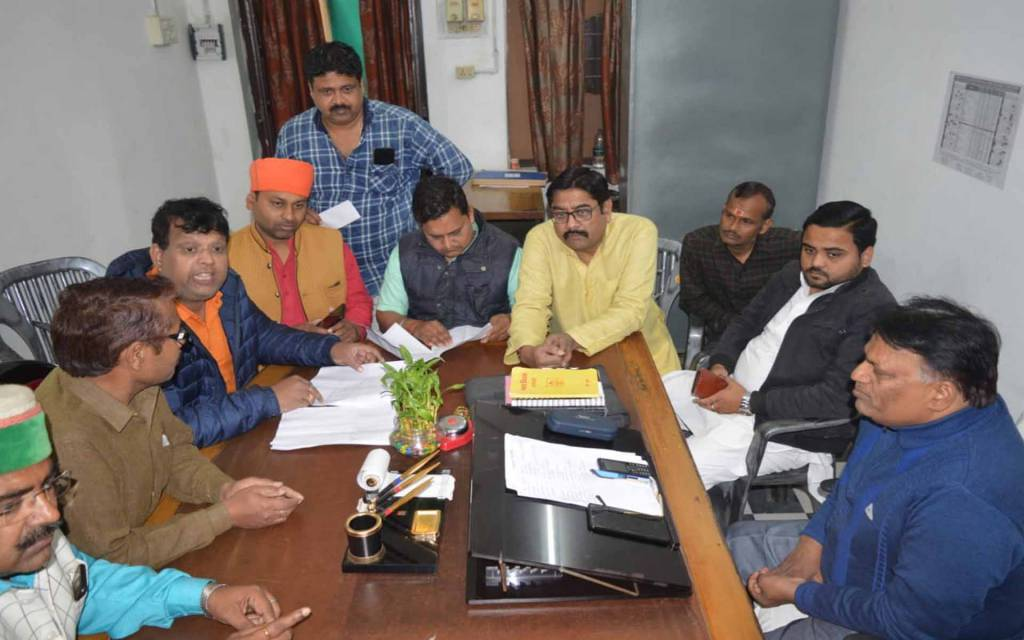 वाराणसी: नगर निगम पहुंची घोटाले की आंच, भाजपा पार्षदों ने कर निर्धारण अधिकारी का किया घेराव