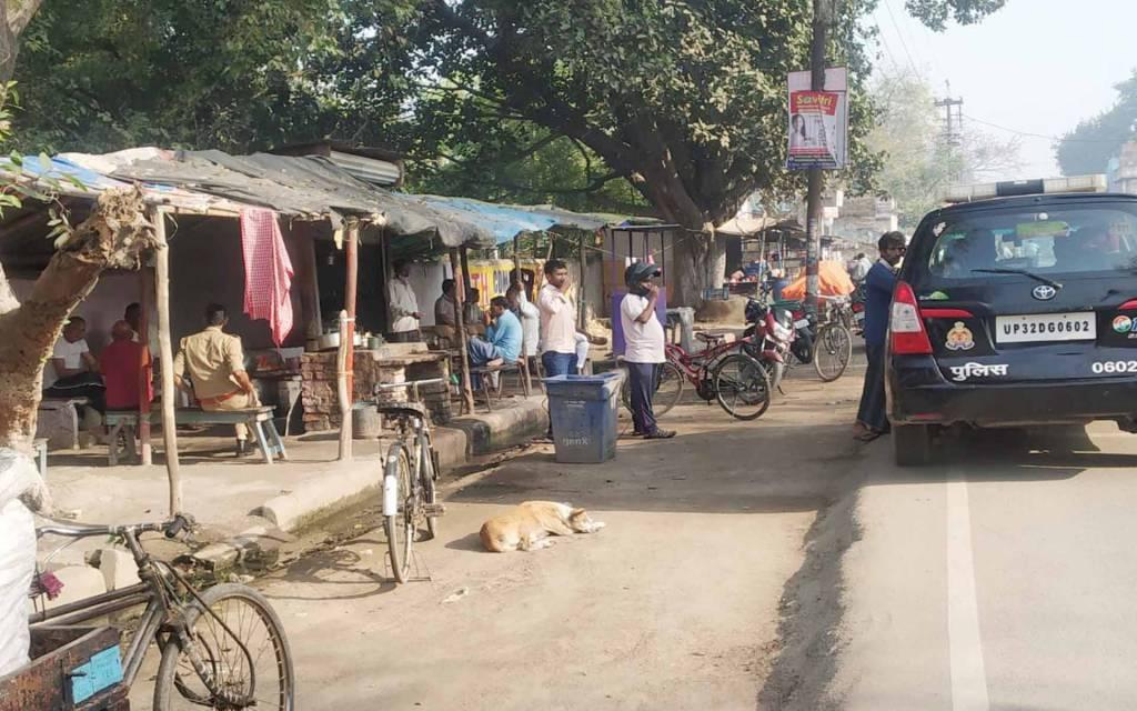 लापरवाही: रामनगर में बंद कराने के बजाय चाय की दुकान पर चुस्की ले रहे पुलिसकर्मी