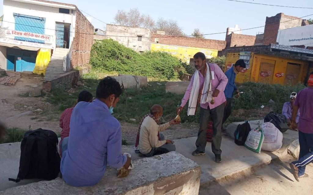 वाराणसी: मीरापुर बसही उद्योग व्यापार मंडल ने मजदूरों में किया 385 लंच पैकेट का वितरण