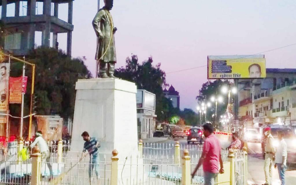 वाराणसी: रंग लाई 'रणभेरी' की खबर, बीएचयू 'सिंह द्वार' पर हुई महामना के प्रतिमा की साफ-सफाई