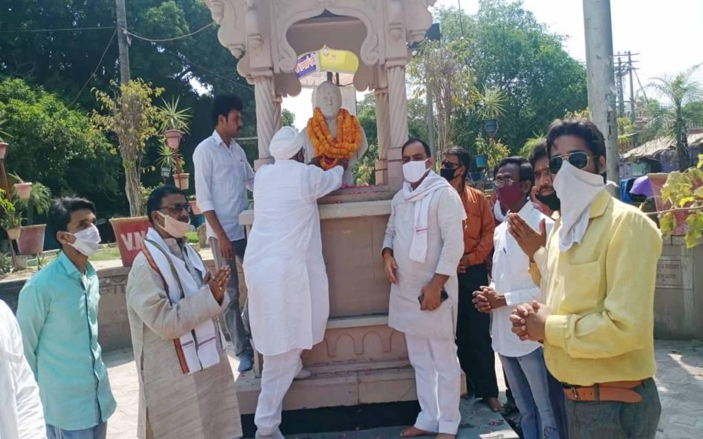 वाराणसी: पूर्व प्रधानमंत्री राजीव गांधी की मनायी गयी पुण्यतिथि, कांग्रेसियों ने दी श्रद्धांजली