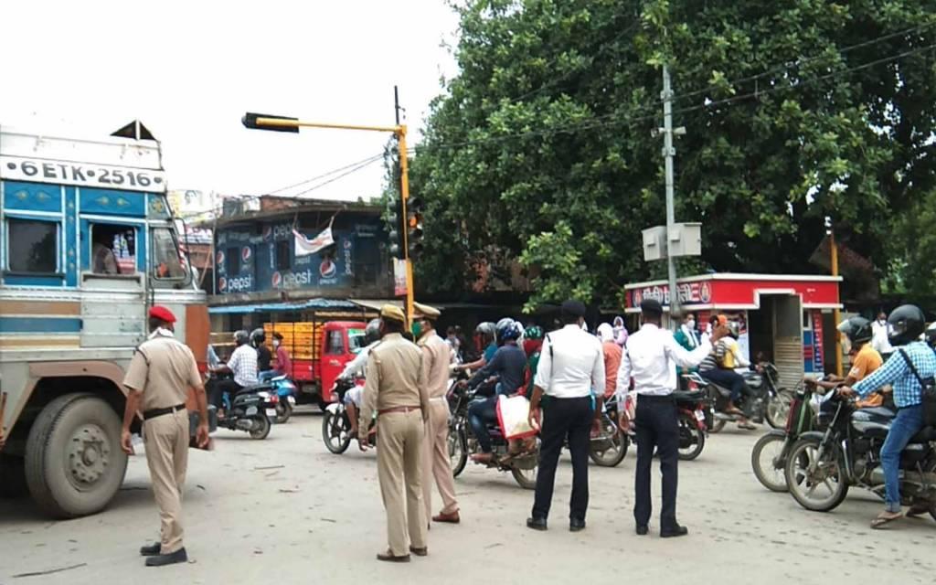 वाराणसी: लहरतारा-मोहनसराय मार्ग पर लगा भीषण जाम,लोगोंने लगाया पुलिस पर पैसा लेकर ट्रक पास कराने काआरोप