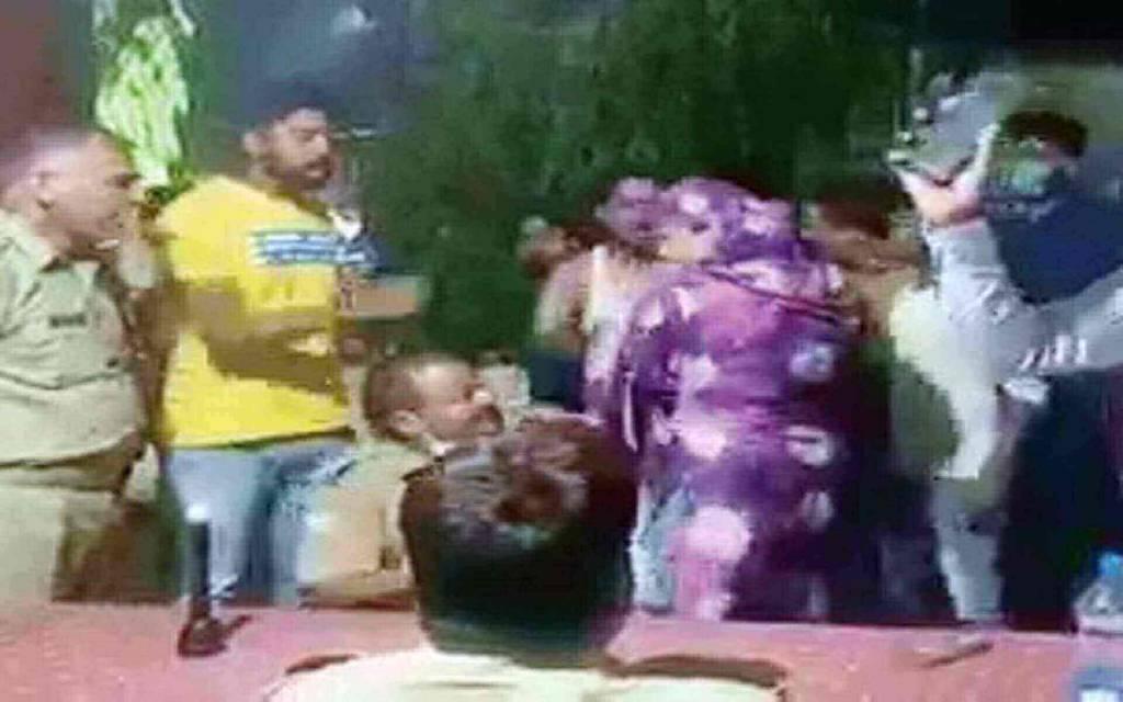 महिला का सिपाही को सरेआम थप्पड़ मारने का वीडियो वायरल