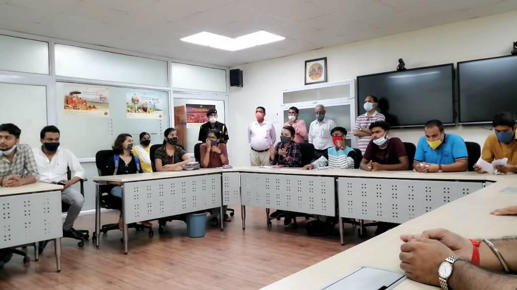 MGKVP: परीक्षा में प्रश्न पत्र प्रारूप को लेकर छात्रों ने खोला मोर्चा